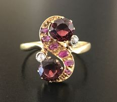 """You and me"" ring in 18 kt gold from the 1900s, set with garnets, rubies and diamonds (total 1.84 ct)."