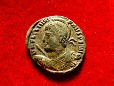Roman empire - Julian II (361-363 A.D.) bronze maiorina (2,07 g. 20 mm.) minted in Thessalonique 363 A.D. VOT / X / MVLT / XX within laurel wreath. Branch TESB.