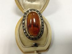Yellow gold ring 21.6k with natural amber and diamond entourage