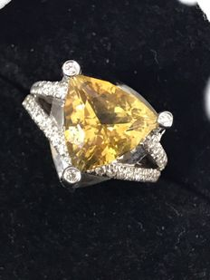 18 kt White gold ring with a 4.36 ct Madeira citrine surrounded by 41 diamonds, 0.40 ct in total – Ring size 13