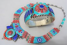 Set of one bracelet and one necklace in Tibetan style, with treated turquoise, lapis lazuli and coral paste