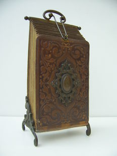 Antique upright photo album with 11 old photos - early 20th century - patent number 35136