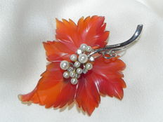 Brooch – 585/14 kt yellow gold, pearl and brilliants on maple leaf, carnelian