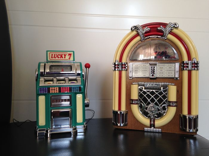 Two mini Jukebox with radio and light, works on battery