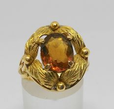 18 kt gold ring with brown oval-cut quartz