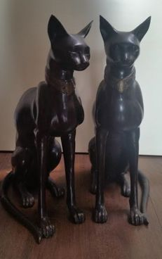 Unique pair of life-size bronze sculptures - Two Egyptian cats - 2 x 11 kg - 2nd half of the 20th century