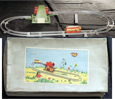 Höfler, US Zone Germany - Length approximately 40 cm - Tin train track incl. elevator with clockwork motor, 1950s