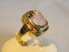 Gold ring with facetted amethyst of 4ct.