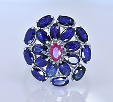 6 Ct Sapphires and Ruby cluster ring - Size: 17 - No reserve price!