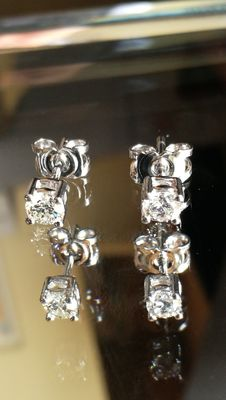 18 kt white gold earrings. Two diamonds of 0.2 ct each one. Low reserve price.