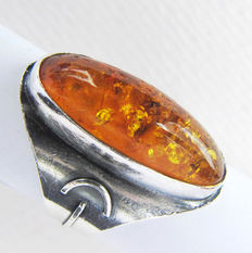 Vintage 925 silver ring with an oval amber.