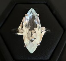 Ring in 18 kt grey gold decorated with a luminous marquis-cut aquamarine of 3.5 ct, surrounded by two H/VS diamonds.