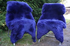Lot with 2 high-quality and very soft lambskins/sheepskins in bllue/purple colour.