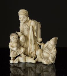 Finally carved ivory okimono, signed - Japan - ca. 1900