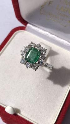 Ring in 18 kt gold with 1.00 ct in diamonds and a 1.40 ct emerald