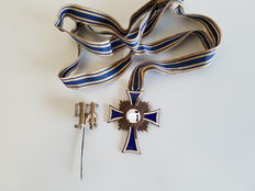 Mother cross in bronze with ribbon, and a pin.