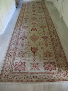 Hand-knotted –Type: Sultanabad / Veget –Size: 300 x 100 cm –Origin: Afghanistan