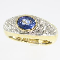 Yellow gold ring with a natural sapphire and brilliant cut diamonds - 1980