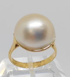 18 kt yellow gold ring with Mabe pearl