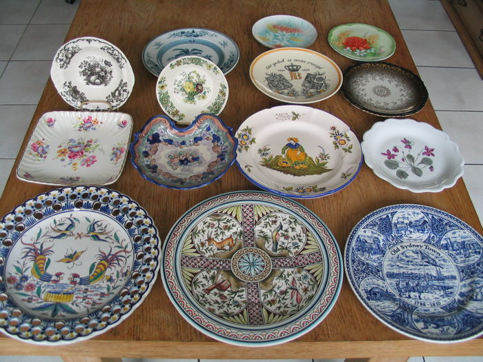 14 Diverse en hand painted decorative plates and wall plates & 14 Diverse en hand painted decorative plates and wall plates - Catawiki