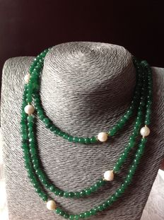 Necklace with 255 ct precious stones, emerald and baroque pearl, and 18 kt yellow gold Clasp. Length: 125 cm