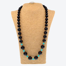 Long 18 kt yellow gold necklace composed of onyx and turquoise beads. Necklace length: 71 cm.