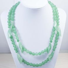 Double strand necklace with lilies and beads in green jade, with silver brooch – No reserve price