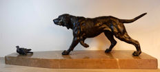 Art Deco sculpture in patinated babbitt of a hunting dog, pointing in front of a pigeon - marble base - Spelter hound