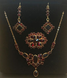 Jewellery set: Necklace, earrings, brooch with Bohemian garnets made of 333/8 kt gold, circa 1900-1920