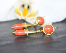 Biedermeier earrings with coral drops, 750/18 kt gold, natural corals, around 1890