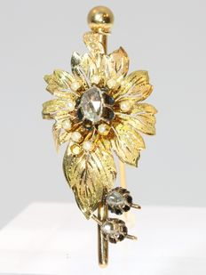 Bicolour gold Victorian flower brooch with a diamonds and pearls, ca. 1870