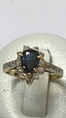 18 kt yellow gold ring centred with a sapphire and surrounded by diamonds - 16.01 mm.