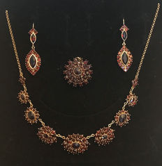 Victorian jewellery set: Necklace, earrings, brooch, pendants with Bohemian garnets made of 333 / 8 kt gold, circa 1900