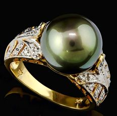Gold ring with black Tahiti pearl – 12 mm and 32 diamonds, 0.16 ct in total – ring size: US 7.5, UK O½