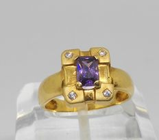 18 kt yellow gold. Ring with amethyst and zirconia. Inner size: 17 mm.
