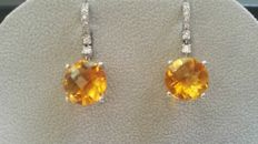 Citrine earrings gold,18 kt white gold – total weight: 6.09 g - 16x round, brilliant-cut diamonds, colour: H, purity: SI2. - 2x round citrine topazes, diameter: 12 mm.