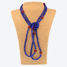 Long necklace composed of sapphires and rubies with 18 kt gold; length: 142 cm