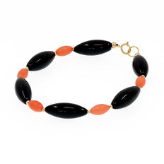 18 kt yellow gold Onyx and coral bracelet. Length: 20 cm.