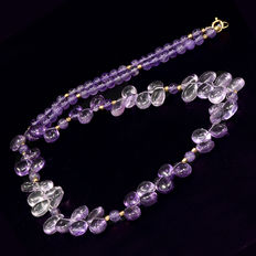 Amethyst necklace with 18 kt gold; length: 51 cm