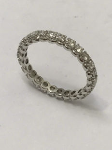 White gold wedding ring in American style, set with 26 Top Wesselton diamonds of 1.30 ct. Ring size: 58 / 18.65 mm.