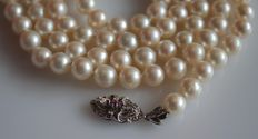 Pearl necklace with a 14 karat white gold clasp, length: approx. 90 cm