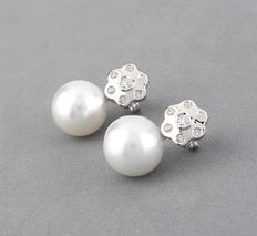 18 kt (750/1000) white gold – 14 brilliant-cut diamonds of 0.30 ct in total – Australian South Sea pearl - Maximum earring height: 21.80 mm (approx.)
