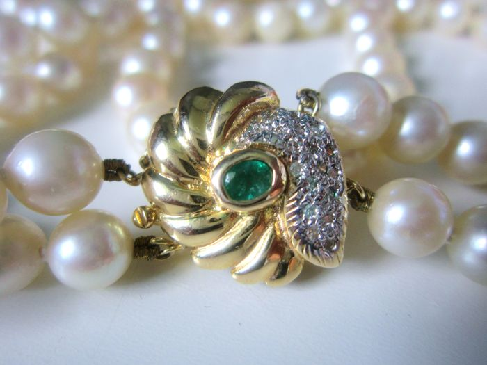 2-rowed Akoya pearl collier 6.9-7.4mm with clasp with emerald and diamonds 0.21ct