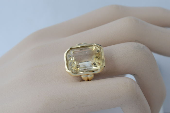14 kt yellow gold ring with a champagne-coloured precious stone – Ring size: