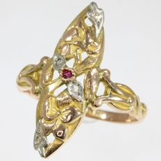 French Art Nouveau tri-coloured gold 'fleur-de-lis' or 'iris flower' ring with diamonds and a ruby, ca. 1900