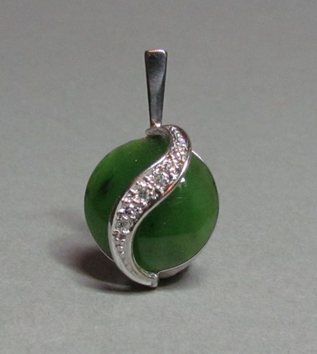 Pendant made of 14kt white gold with diamonds and nephrite