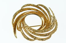 Yellow gold spiral shaped brooch, finely decorated, handmade jewellery