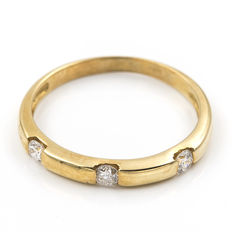18 kt (750) yellow gold – Three brilliant cut diamonds, 0.2 ct – Ring size: ES 13 – Weight: 1.9 g (approx.)