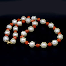 Necklace composed of coral and cultured pearls from South-east Asia; length: 54 cm