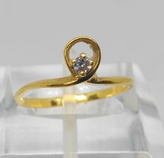 18 kt yellow gold ring with 0.05 ct diamond. Internal measurement: 15 mm
